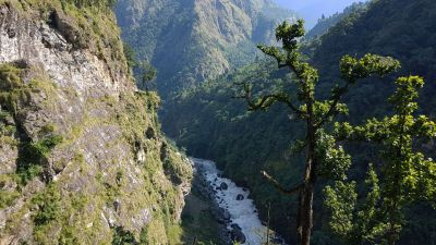 1b) vysoko na řekou