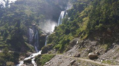 1d) jeden z mnoha vodopádů