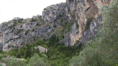Pohled do stěny. Cesta vede po travnatých římsách